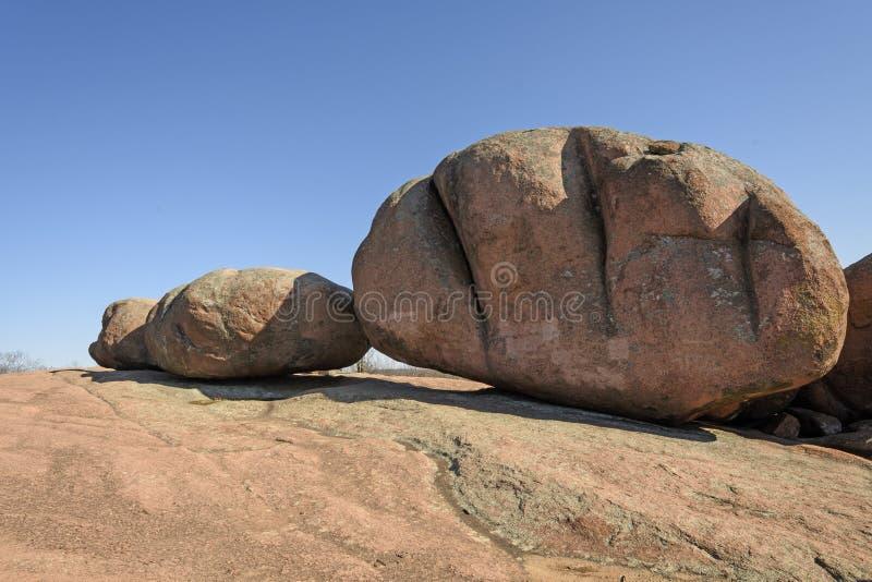 Granietkeien op een Granietdagzomende aardlaag stock fotografie