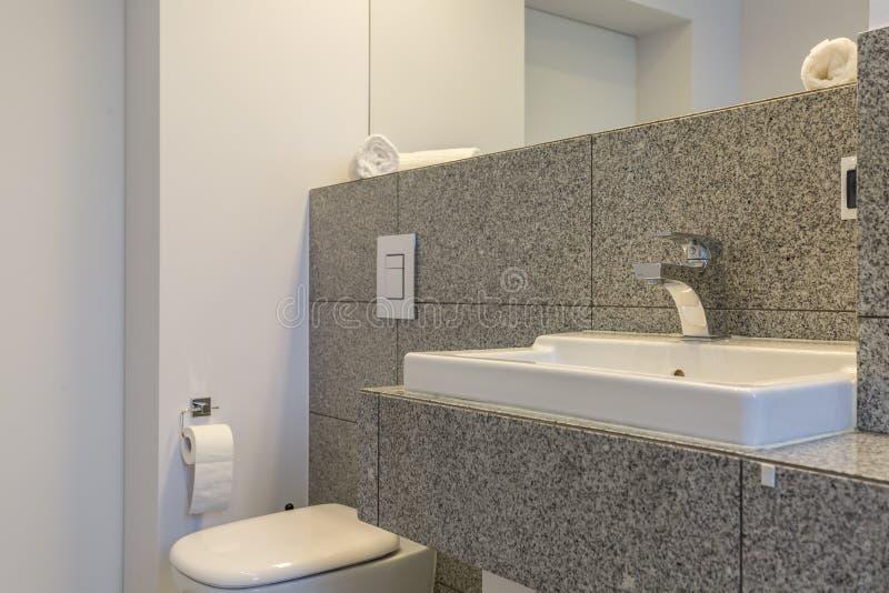 Graniettegels in minimalistische badkamers royalty-vrije stock afbeelding