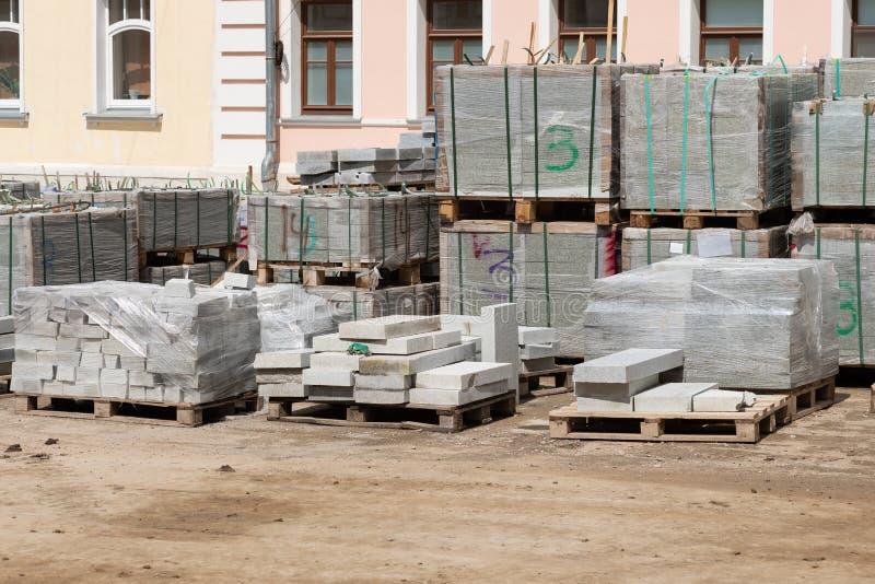 Graniettegels op pallets bij een bouwwerf royalty-vrije stock afbeelding