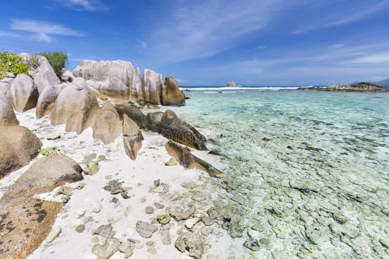Granit-Felsen und Koralle, La Digue, Seychellen stockfotografie