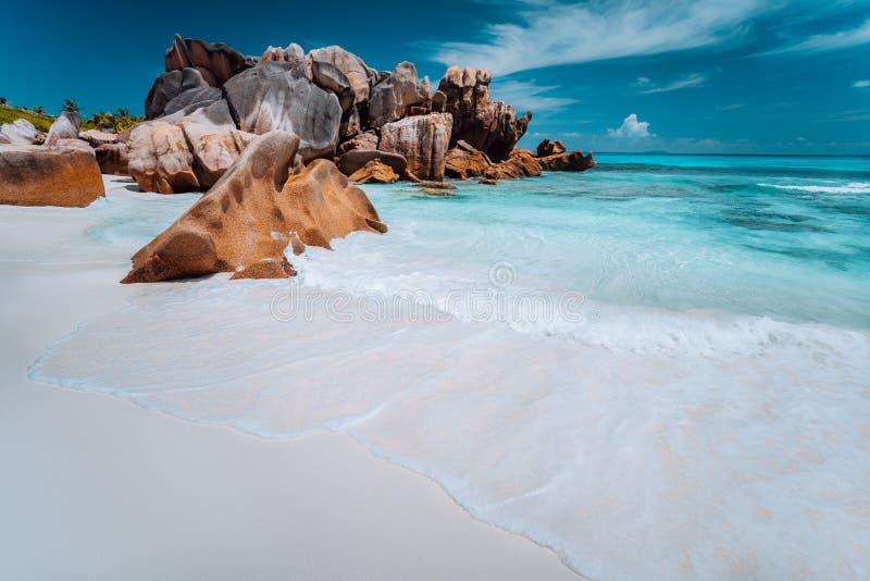 Granit kołysa głazy, doskonalić biały piasek, turkus woda, niebieskie niebo raju Anse plażowi Cocos na Seychelles obraz stock