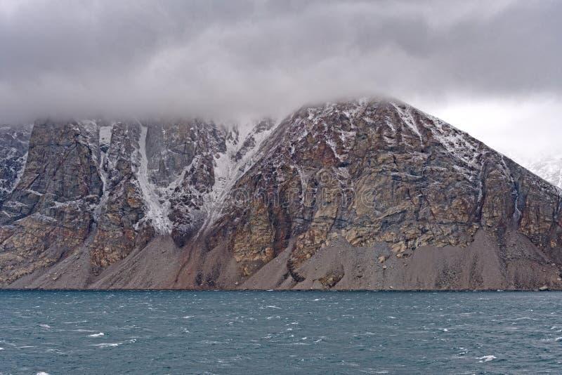 Granit-Spitzen in den Wolken auf der Küste lizenzfreie stockfotos