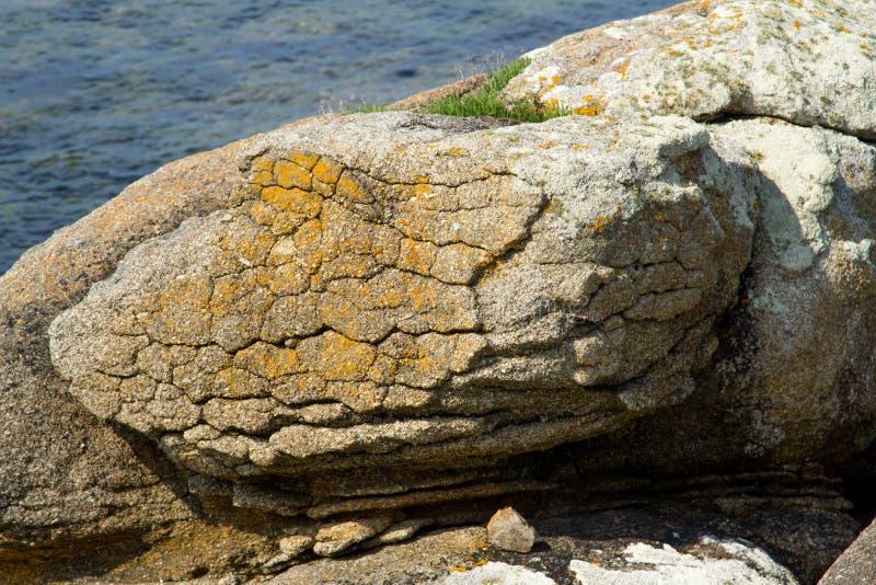 Granit vaggar uppvisning av tecken av exfoliation royaltyfria bilder