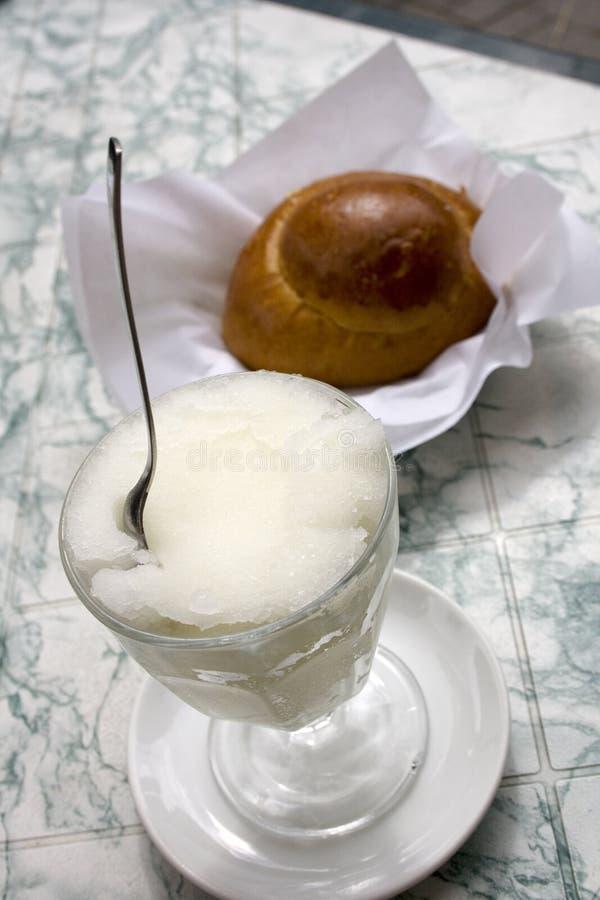 Granita y bollos de leche foto de archivo