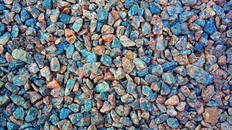 Granitgrustextur för design Färgrikt stena textur: litet sandpapprat grus Små vita, gråa och blåa kritastenar kron?rtskockan arkivbilder