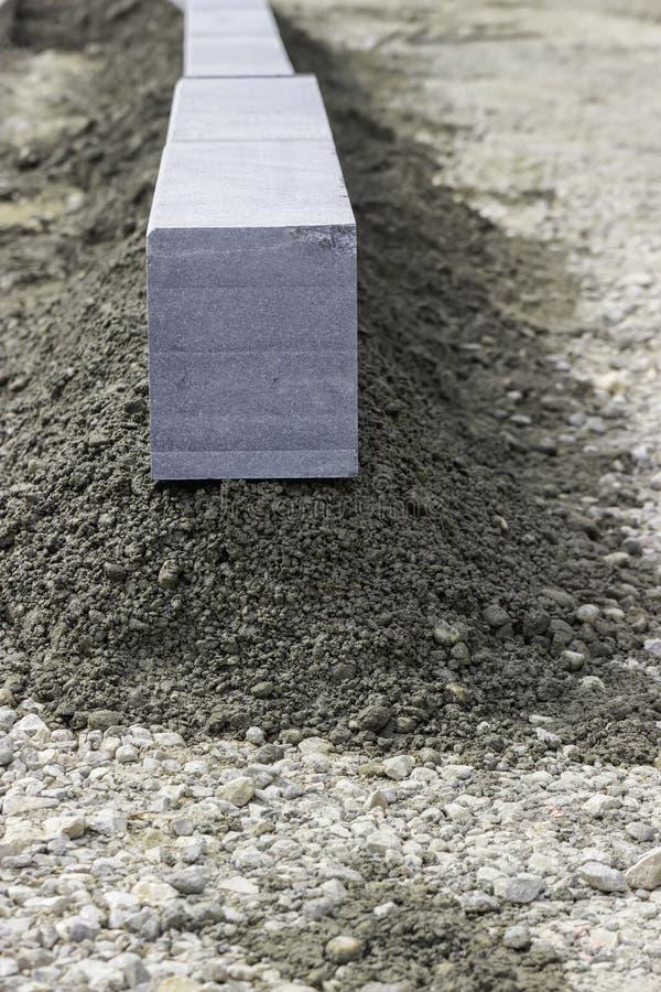Granitkerbsten på konstruktionsplatsen arkivbild