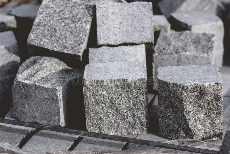 Granitkopfstein-Steinwürfel auf einem Stapel für neue Pflasterung stockbild