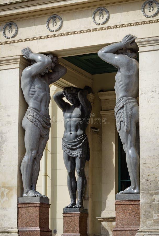 Granito Atlantes (telamons) no museu de eremitério novo no Pe de Saint foto de stock royalty free