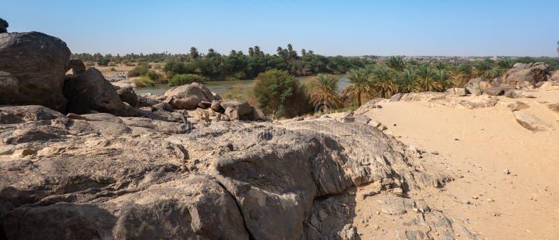 Granitowe skały przy krawędzią pustynia przed wykładającym bankiem Nil w Sudan obraz stock