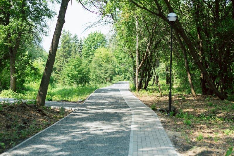 Granitowy przejście i płytki w parku turystyczny miejsce w ogródzie zdjęcia stock