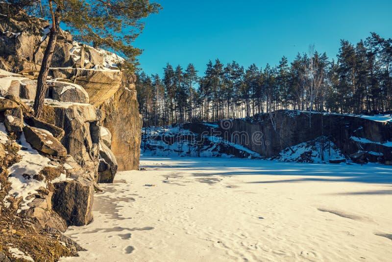 Granitowy skalisty marznący jeziorny brzeg obraz royalty free