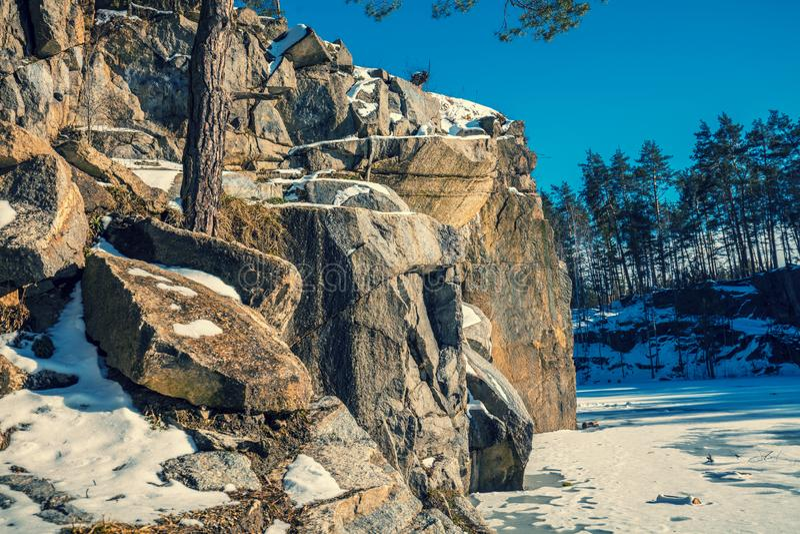 Granitowy skalisty marznący jeziorny brzeg zdjęcia stock