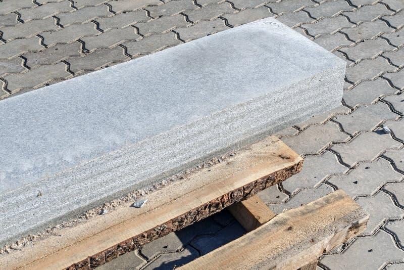 Granitplattorna satte på de på träpaletten arkivbild