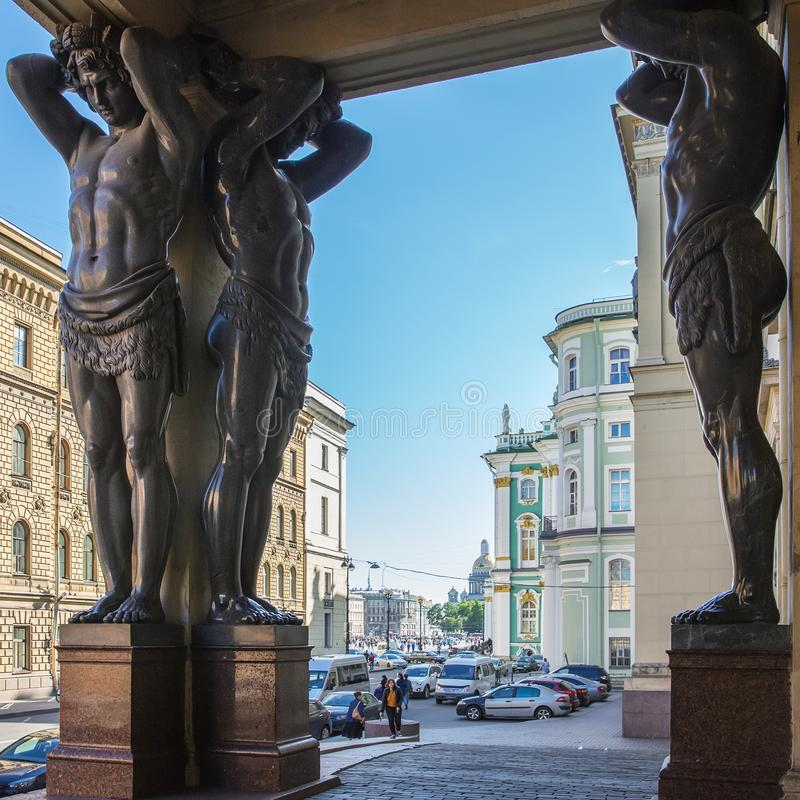 Granitstatyer av Atlantes, ny eremitboning i St Petersburg, royaltyfri fotografi