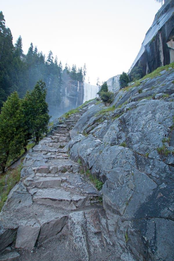 Granitsteinschritte, die zu den frühlingshaften Fällen auf den Nebelwanderweg in Yosemite Nationalpark in Kalifornien USA führen stockbilder