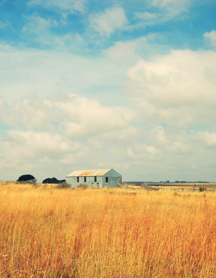 Granja abandonada vieja en campo imagenes de archivo