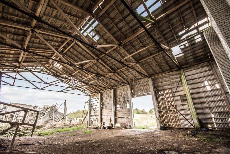 Granja arruinada vieja, edificio enorme fotografía de archivo