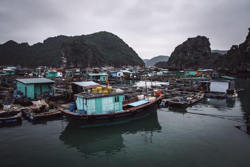 granja de pescados flotante en la bah?a larga Vietnam de la ha imagen de archivo
