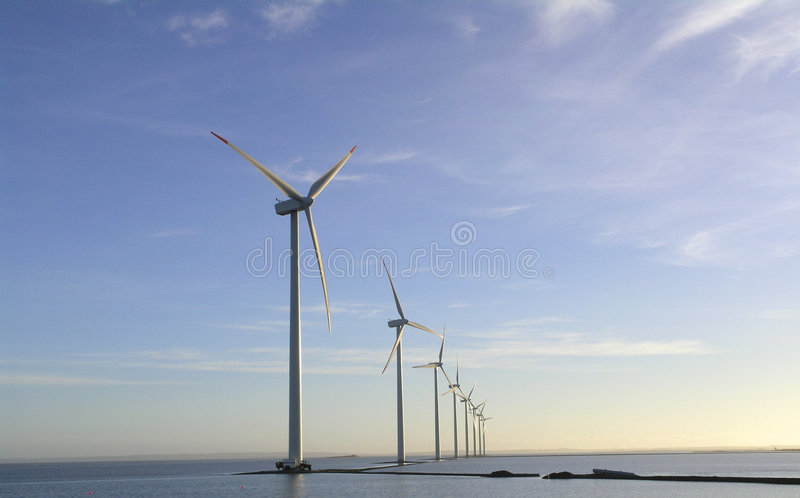 Granja de viento costa afuera fotos de archivo libres de regalías