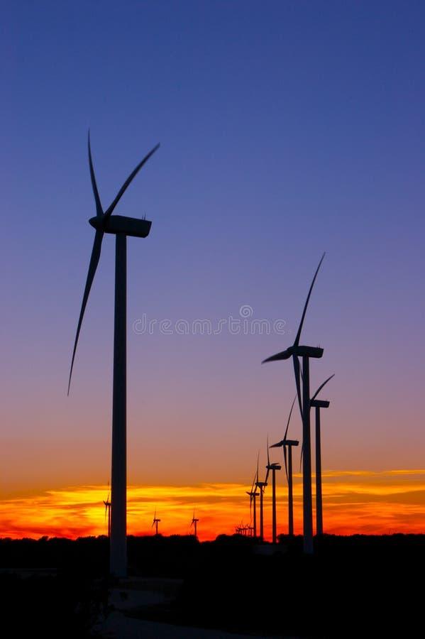 Granja de viento después de la puesta del sol imágenes de archivo libres de regalías