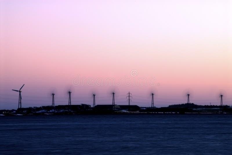 Granja de viento en la noche imagen de archivo