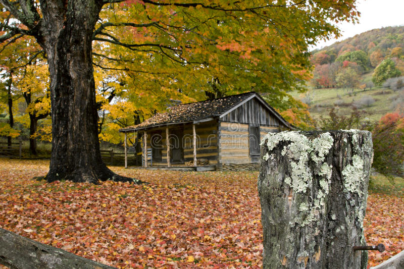 Granja del registro del otoño imagen de archivo libre de regalías