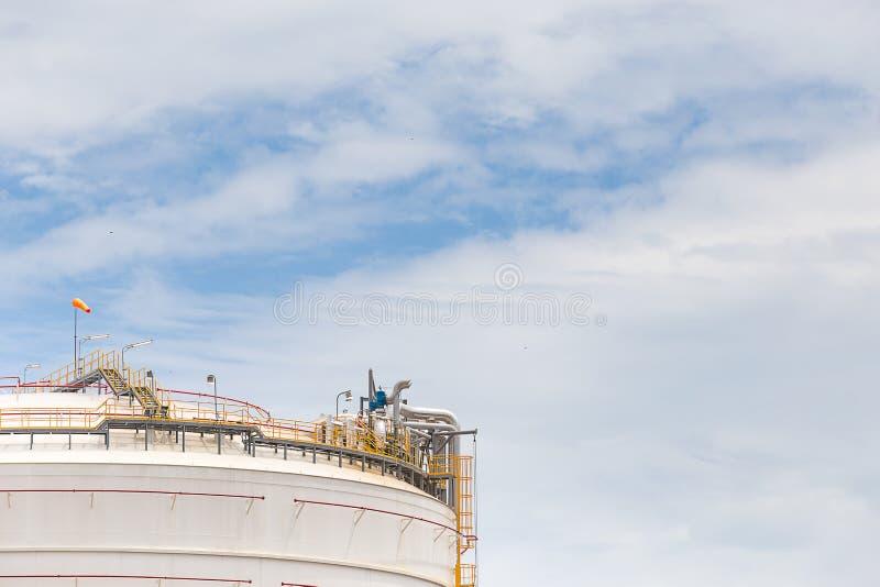 Granja del tanque blanca grande en industria de petróleo imagen de archivo libre de regalías