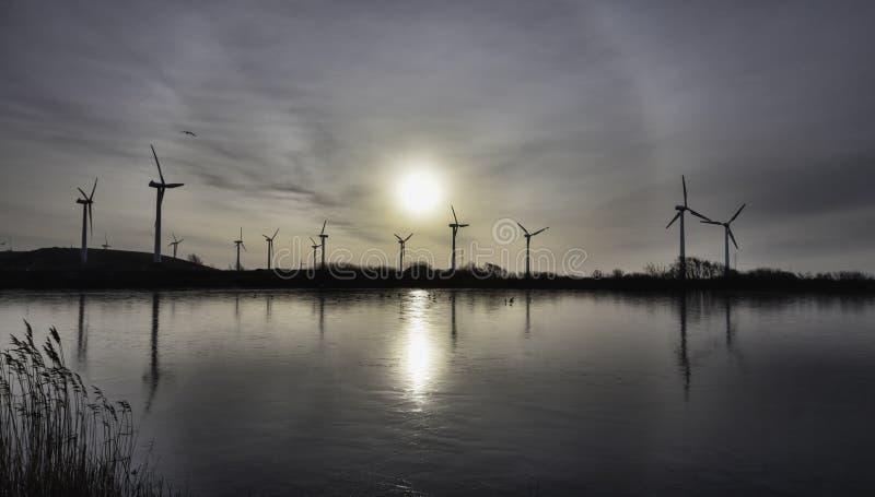 Granja en el mar de wadden, Esbjerg, Dinamarca de la turbina de viento imagen de archivo