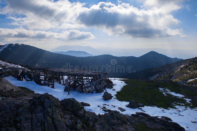 Granja entre las montañas imagenes de archivo