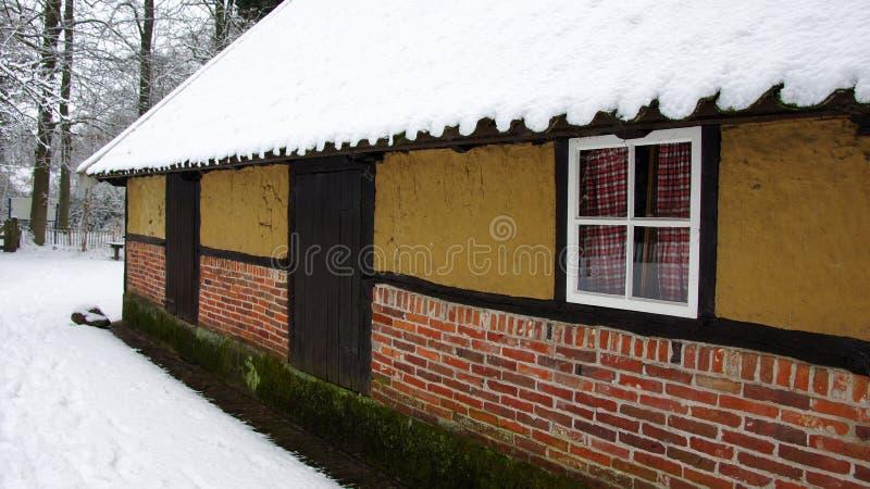 Granja holandesa vieja en la nieve fotos de archivo