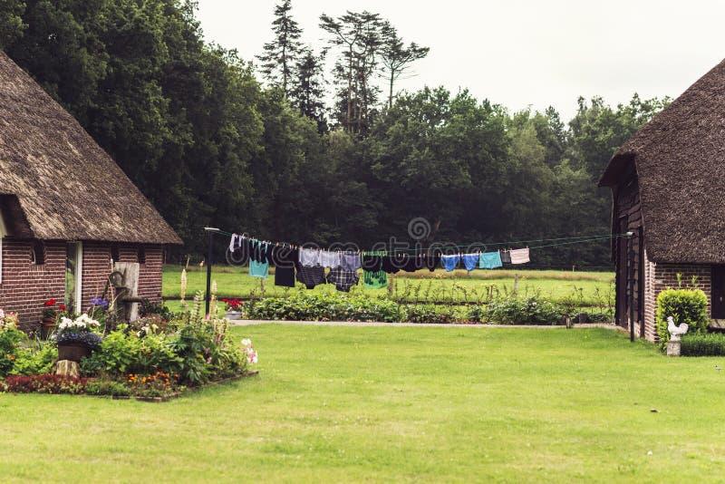 Granja holandesa vieja en verano con el lavadero que se seca al aire libre imágenes de archivo libres de regalías