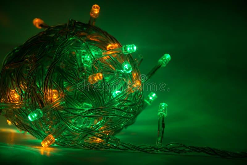 Granja multicolor en un fondo oscuro Navidad foto de archivo