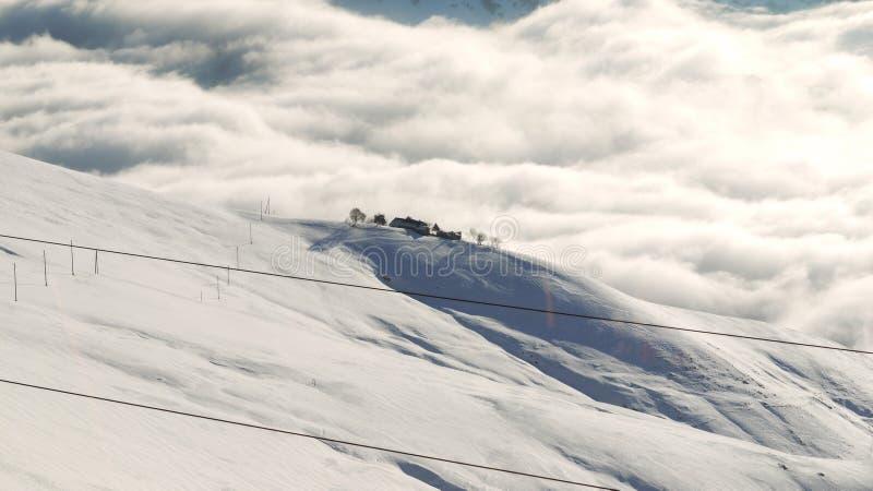 Granja sola en las montañas foto de archivo