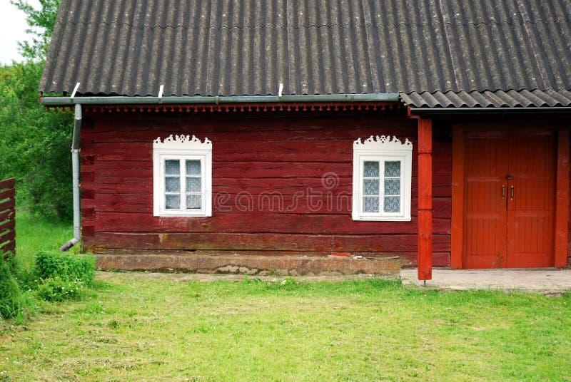 Granja vieja en aldea lituana imagen de archivo