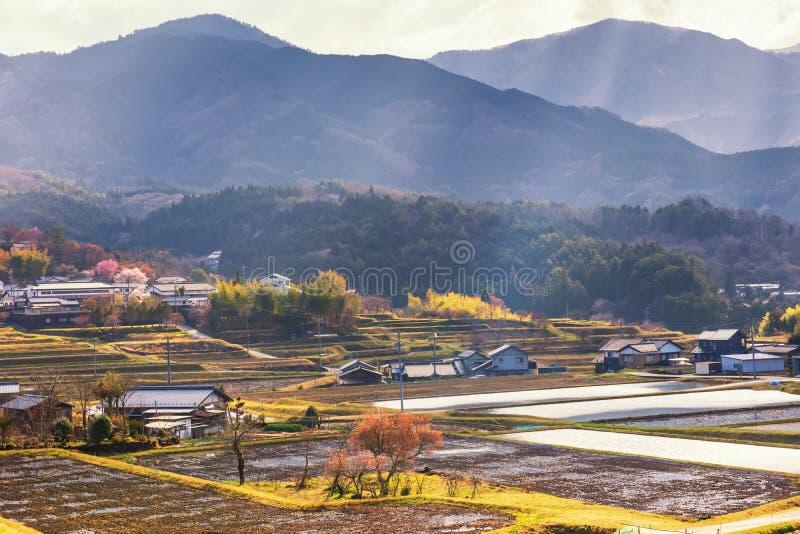 granja y casas con la luz del rayo, valle de Kiso foto de archivo libre de regalías