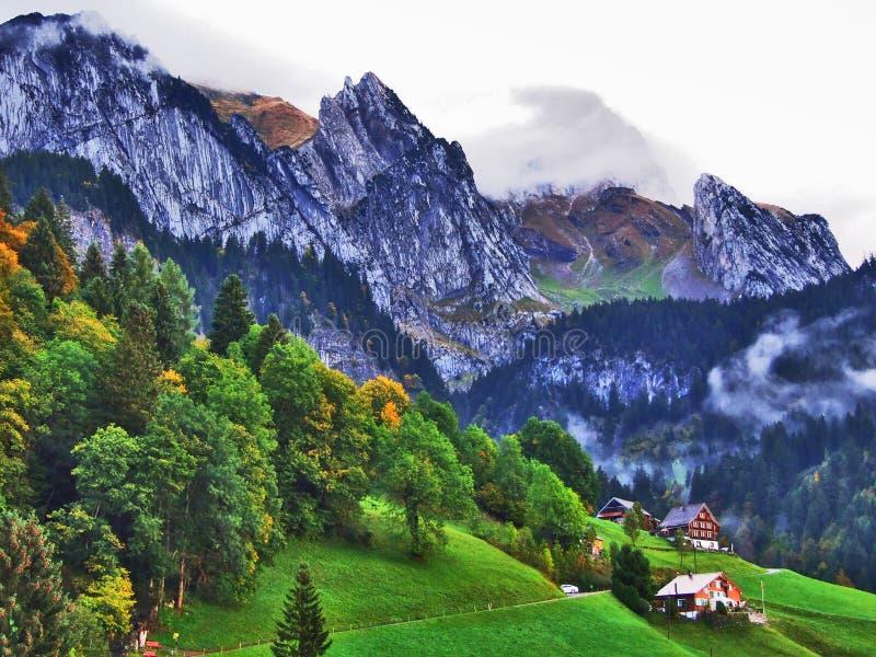 Granjas rurales y la arquitectura tradicional de Wildhaus en Thur River Valley imagen de archivo libre de regalías
