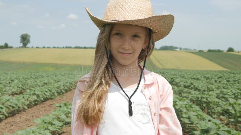 Granjero Child en campo del girasol, muchacha, niño que estudia, caminando en cosecha agraria imágenes de archivo libres de regalías