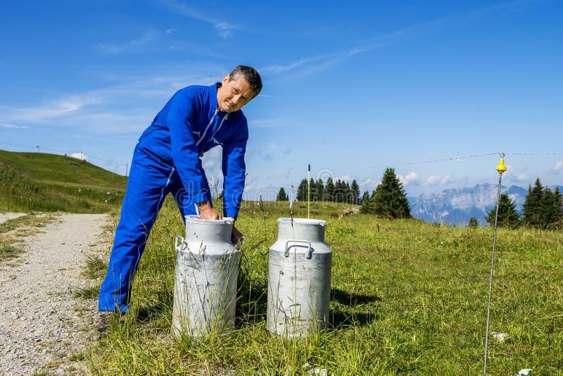 Granjero con los envases de la leche fotos de archivo libres de regalías