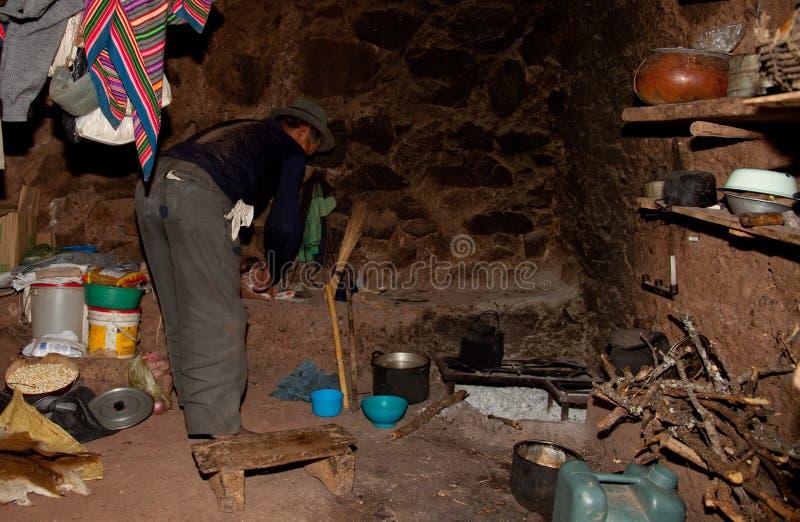 Granjero en una choza, Suramérica fotografía de archivo