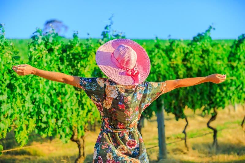 Granjero en viñedo australiano imagenes de archivo