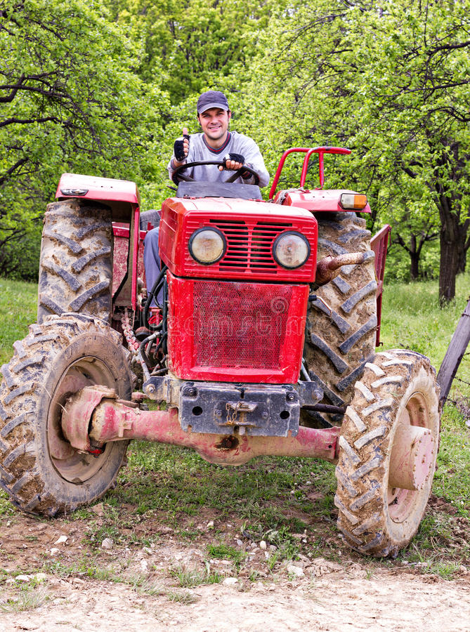 Download Granjero Joven Que Conduce Su Tractor Imagen de archivo - Imagen de agrícola, motor: 41920249