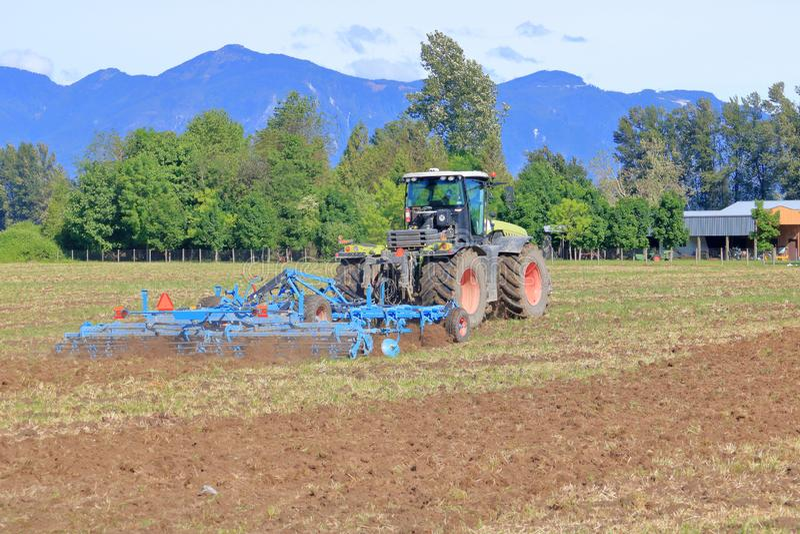 Granjero Plows Field para el sembrador de la primavera imagen de archivo