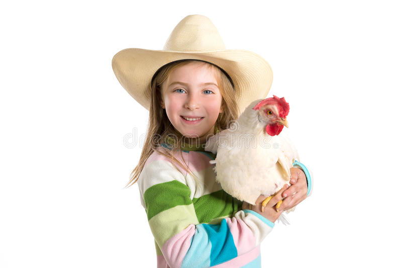 Granjero rubio de la muchacha del niño que sostiene la gallina blanca en los brazos foto de archivo libre de regalías