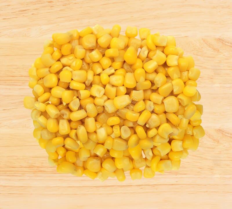 Grano amarillo dulce del maíz sobre fondo de madera fotos de archivo libres de regalías