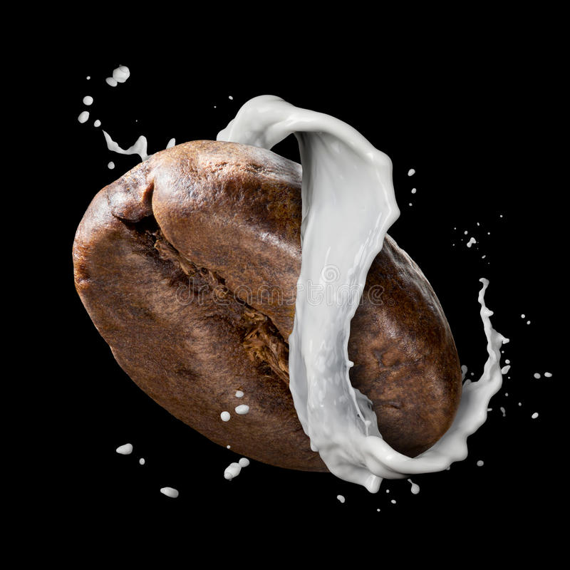 Grano de café con el chapoteo de la leche aislado en negro foto de archivo
