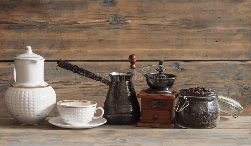 Grano de café en el tarro de cristal en la tabla de madera imágenes de archivo libres de regalías