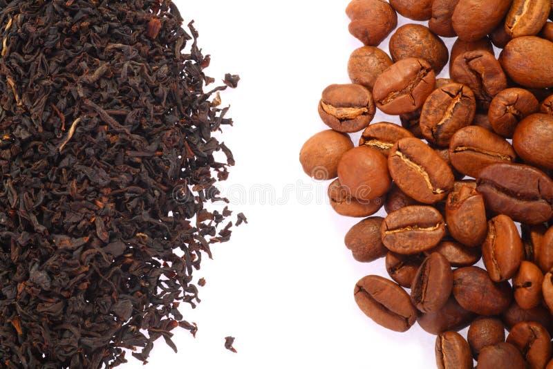 Grano de café y té negro fotos de archivo libres de regalías