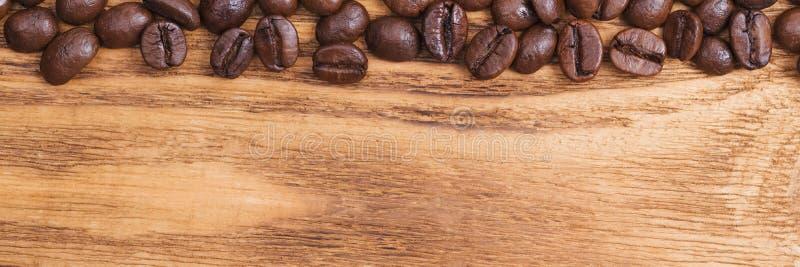 Grano de caf? El fondo de los granos de café asados es marrón en los tableros de madera disposici?n Endecha plana fotos de archivo libres de regalías