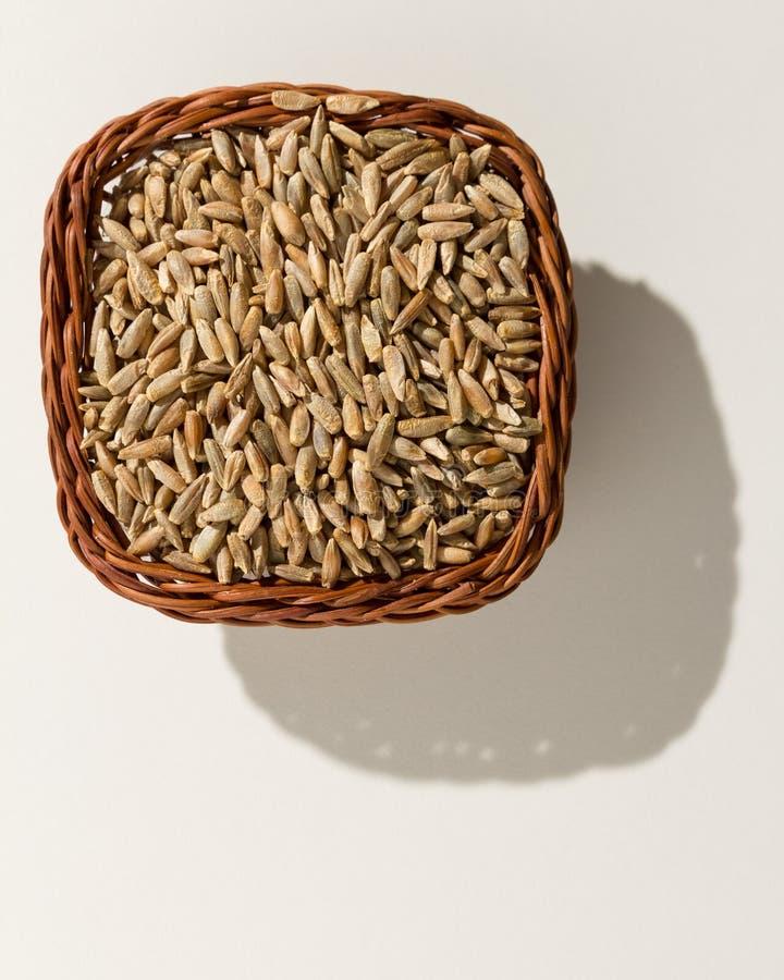 Grano de cereal de Rye Cesta de mimbre con los granos Visión superior, ligh duro foto de archivo