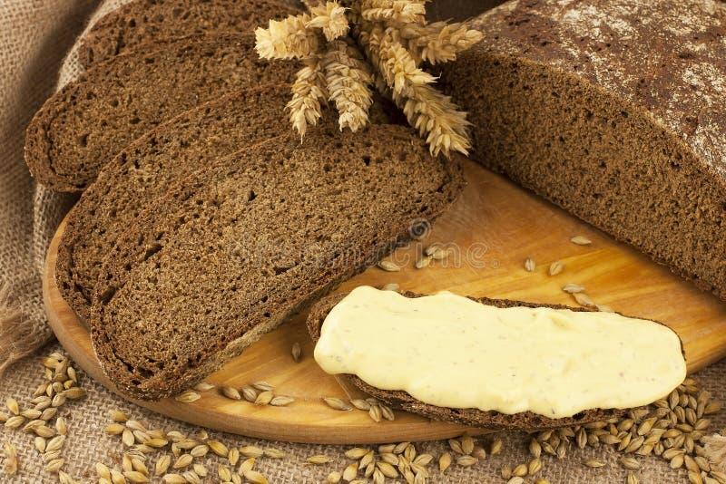 Grano della segale e del pane fresco fotografia stock libera da diritti